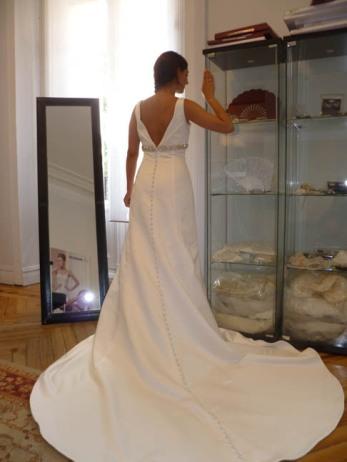 Novia Innovias durante la prueba de su vestido de novia en alquiler