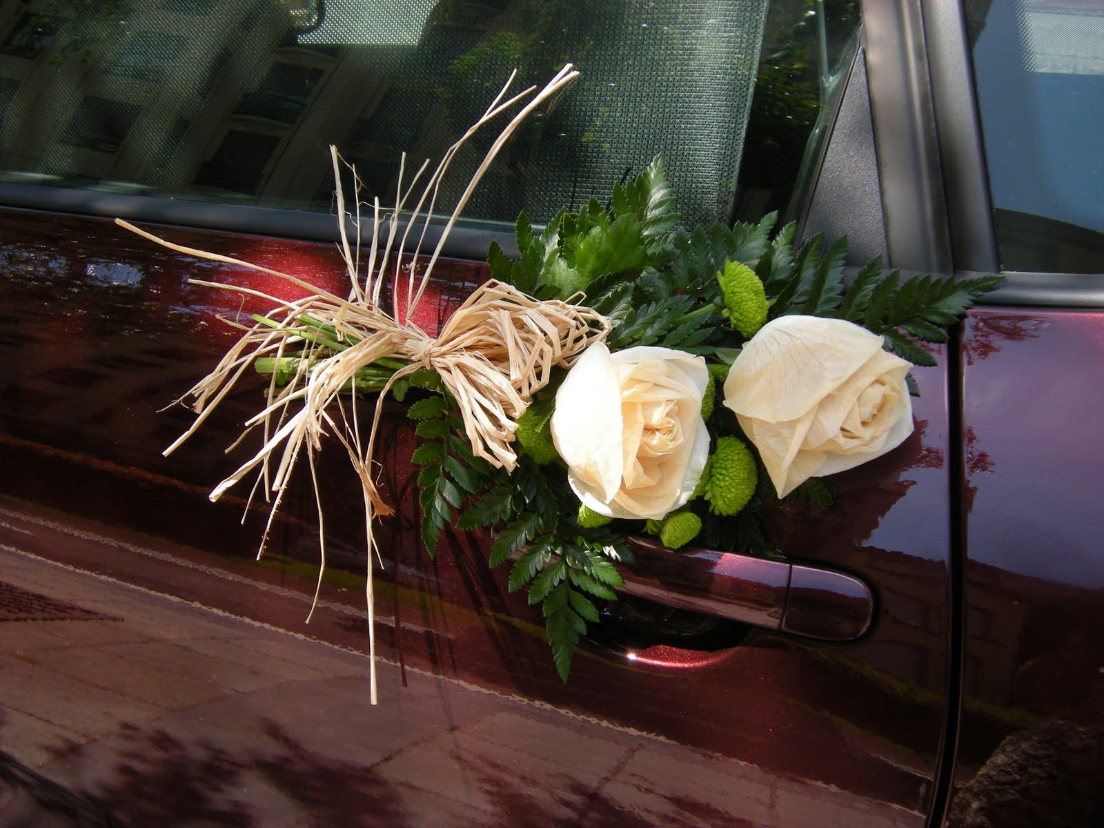adorno de rosas para coche de boda de