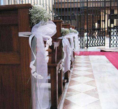 Primavera innovias decoracion pasillo de boda innovias for Sillas para novios en la iglesia