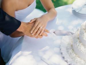 Cortar la torta de boda