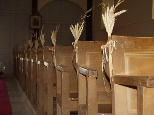 Arreglos florales iglesia innovias for Sillas para iglesia en madera