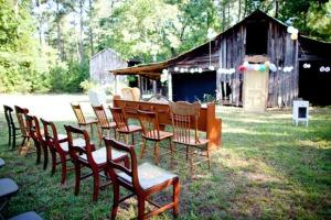 sillas en el bosque