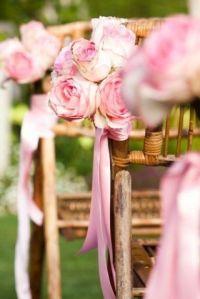 decoracion-sillas-madera-boda-jardin-rosas