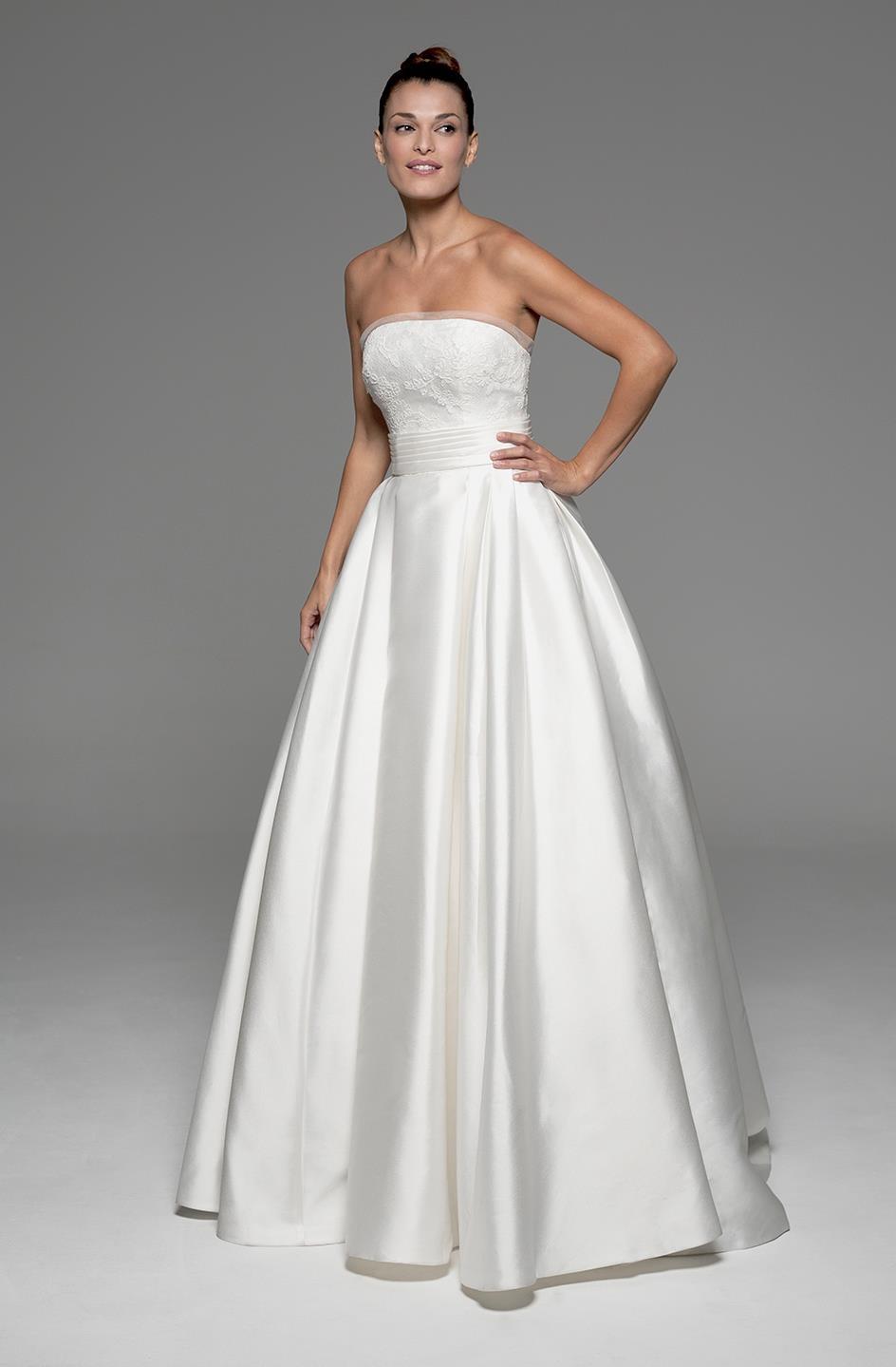 516ad1f3961 Vestido de novia Modelo Ayla de Innovias en corte princesa, mikado de seda  y encaje rebrodé con escote en straples