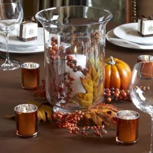 centro-de-mesa-con-hojas-de-otoño-y-velas