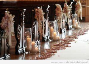 decoracion-iglesias-boda-pasillo-altar-flores-velas-bancos1