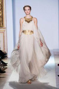 Vestido-de-novia-2013-en-color-blanco-con-telas-fluidas-y-accesorios-en-color-dorado-a-juego