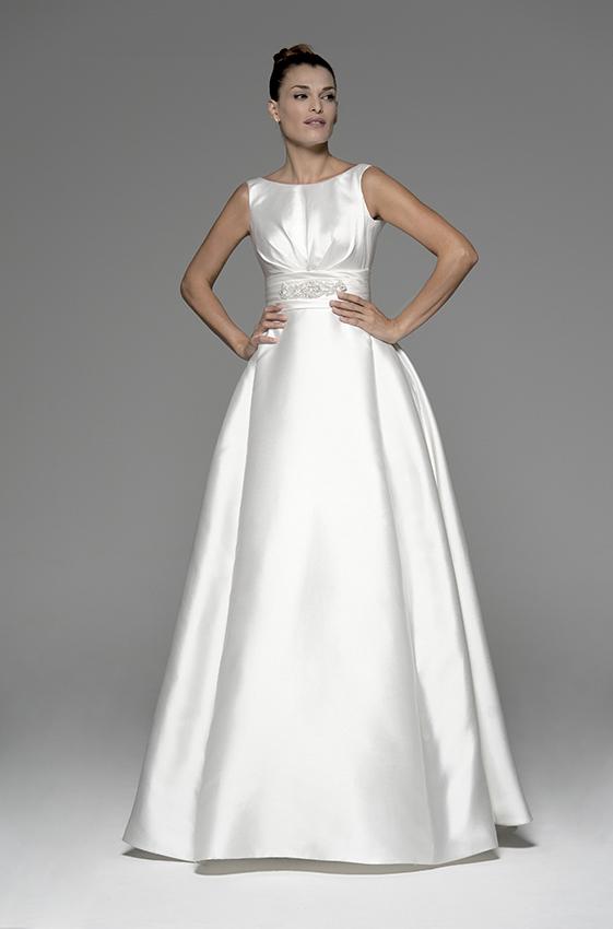 f80e391df Elegante vestido de novia con cuello barco confeccionado en Mikado de Seda  modelo Alexa de Innovias en renta o alquiler