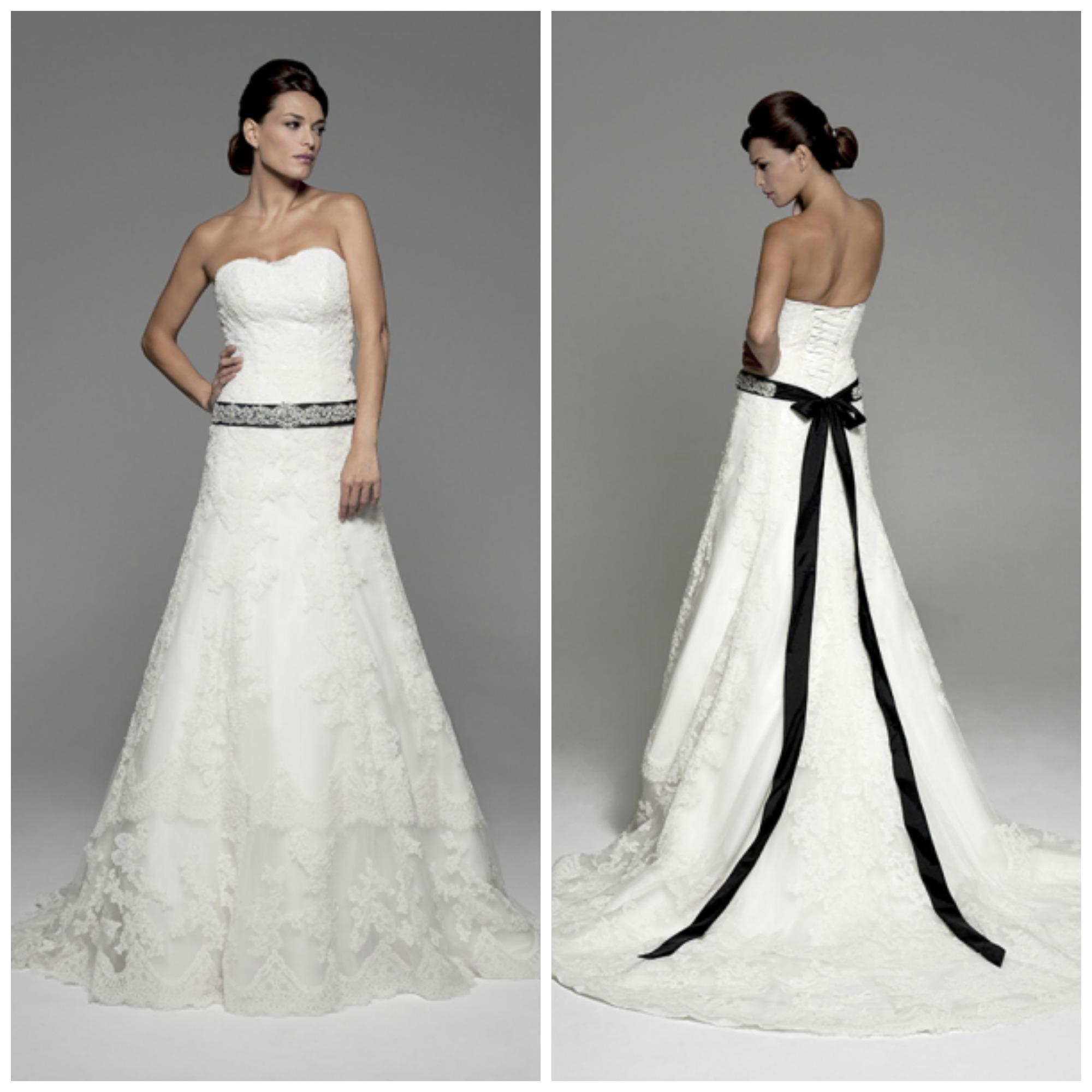Vestido de novia blanco con lazo rojo