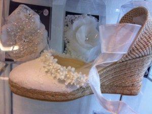 Alpargata de novia modelo Rosa de Innovias confeccionada con encaje, flores, perlas y organdí.