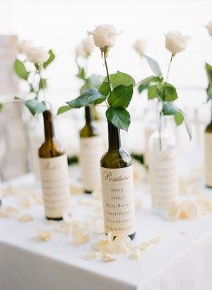 mesero de boda con botellas y flores