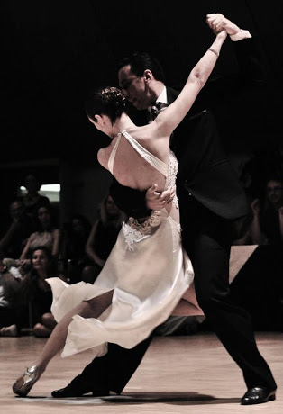 novios bailando tango