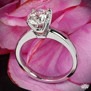 Anillo de compromiso de oro blanco. Imagen vía Pinterest.