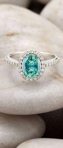 Anillo de compromiso con piedra de color turquesa. Imagen vía Pinterest.