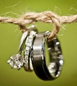 Anillo de compromiso y alianzas de boda. Imagen vía Pinterest.