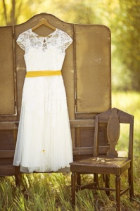 Detalle de vestido de novia corto campestre imagen vía Pinterest.
