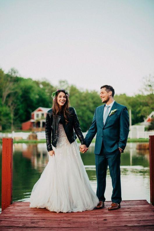 novia con chaqueta de cuero