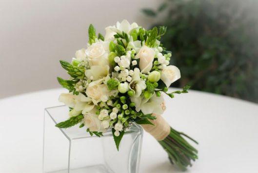 ramo de novia con muguet-fressias y rosas