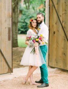 Pareja de recién casados. Ella vestida de corto. Vía Pinterest.