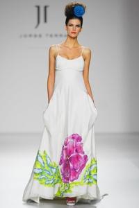 Vestido de novia modelo Y-Abelia con flores pintadas a mano de Innovias.
