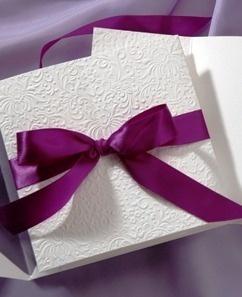 Invitación clásica de boda con lazo morado. Vía Pinterest.