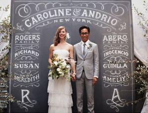 Pareja de recién casados delante del photocall. Vía Pinterest.