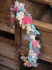 Corona de flores secas y preservadas. Vía Pinterest.