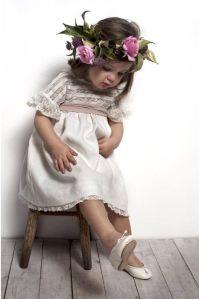 Preciosa niña invitada de boda con con corona de flores como complemento. Vía Pinterest.