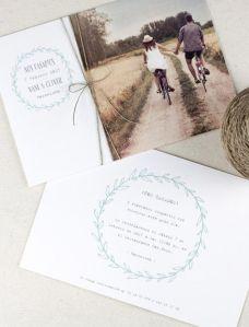 Original invitación de boda con fotografía de los nvios. Imagen vía Pinterest.