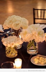 Centro de mesa sencillo con flores blancas. Vía Pinterest.