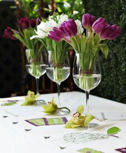 Centros de mesas originales con tulipanes. Vía Pinterest.