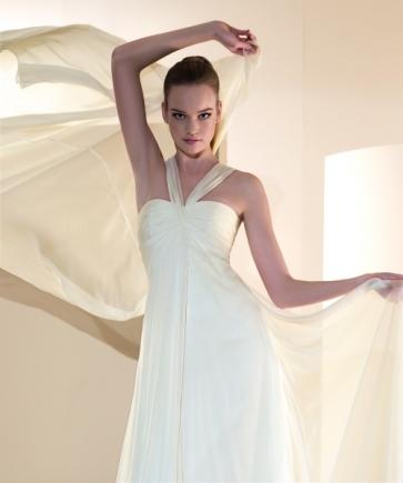 Novia con vestido de novia de venta outlet Innovias con maquillaje nude y recogido de coleta alta y estructurada.