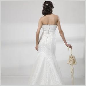 Vestido de novia en renta o alquiler de Innovias de organza y encaje con escote palabra de honor drapeado.