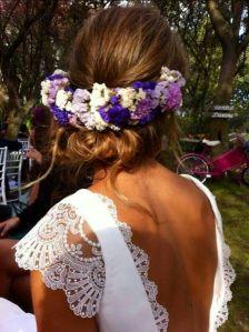 Novia romántica con corona de flores moradas y blanca. Vía Pinterest.