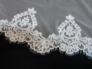 Velo de novia de Innovias de tul de seda con encaje rebrodé.