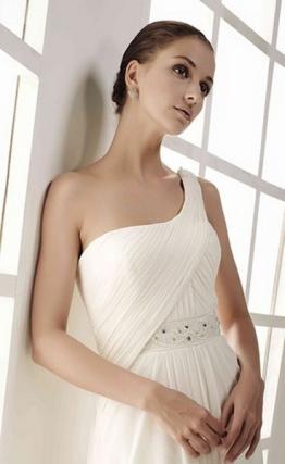Novia Innovias con moño medio y maquillaje minimalista.