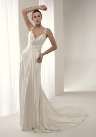 Moderno y elegante vestido de novia en renta o alquiler de Innovias confeccionado en satén con corte imperio y escote en V, falda evasé de gran caida. Discreto adorno en hilo de plata y pedrería fina.
