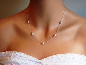 Collar de novia con pequeñas perlas. Vía Pinterest.