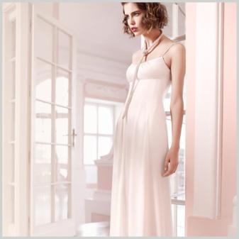 Sencillo vestido de novia de venta outlet con arreglos incluidos de Innovias en satén de seda con escote cuadrado y corte recto sin cola.