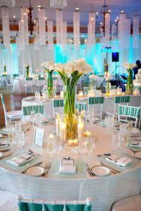 Mesa de banquete de boda con un centro de calas. Vía Pinterest.
