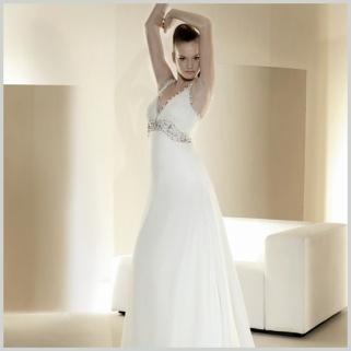 """Vestido de novia de venta outlet por 350 euros de Innovias con corte imperio , escote en """"V"""" drapeado y fajín de pedrería."""