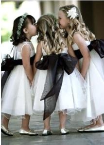 Pequeñas invitadas con traje blanco y lazo negro. Vía Pinterest.