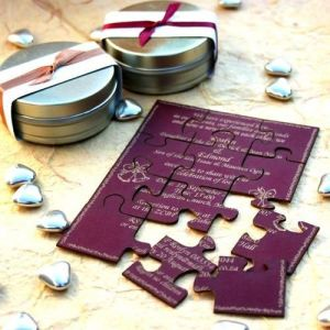 Invitación de boda con forma de puzzle. Vía Pinterest.