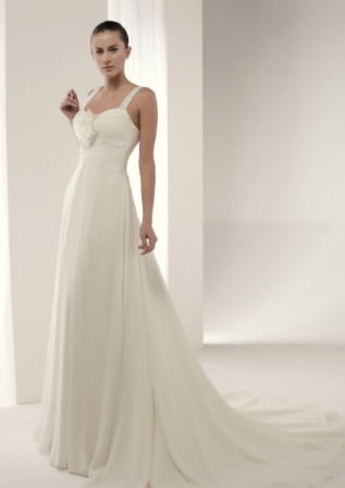 Vestido de novia en renta o alquiler de Innovias confeccionado en voile de seda con escote corazón con tirantes, con bonitos drapeados hasta la cintura y falda de mucha caida.