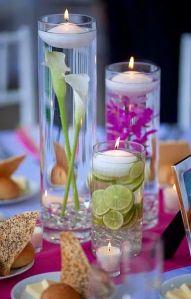 Centros de mesas de velas con flores y limones. Vía Pinterest.