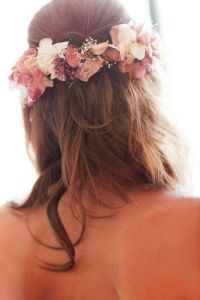 Coronas de flores naturales para novias románticas. Vía Pinterest.