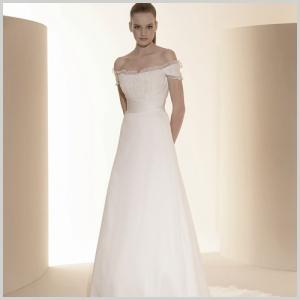 Vestido de novia del outlet de Innovias Madrid confeccionado en gasa con cuerpo drapeado ajustado a la cintura y escote de hombros caidos.