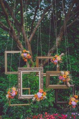 Photocall hecho con cuadros colgando. Vía Pinterest.