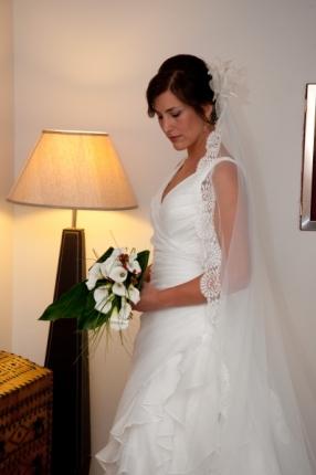Isabel eligió un elegante ramo de novia de calas para acompañar su vestido de novia alquilado en Innovias