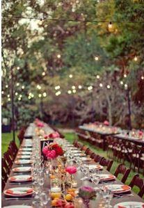 Mesa comunal para una boda campestre en el campo. Vía Pinterest.
